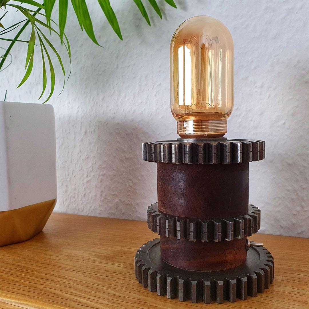 Tischlampe aus Nussbaum